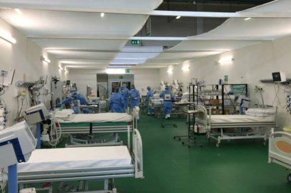 ospedale da campo di bergamo con medici