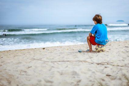 Il campionato italiano - bambino con pallone sulla spiaggia