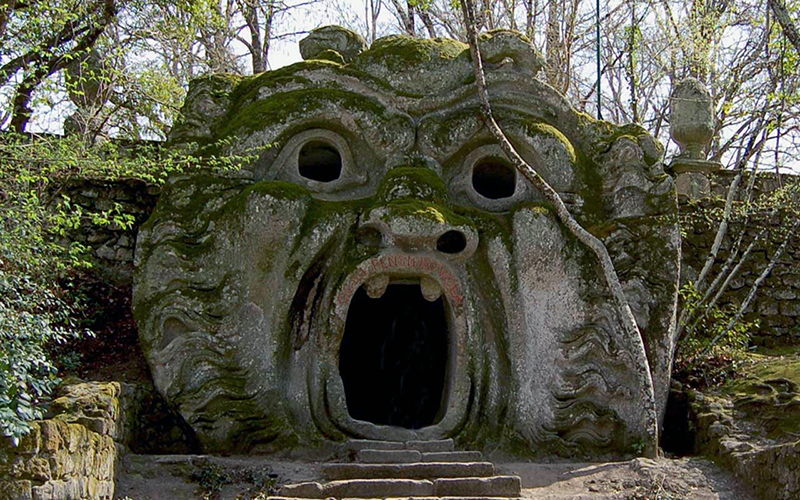 musei - entrata in pietra a forma di bocca nel parco dei mostri di bomarzo