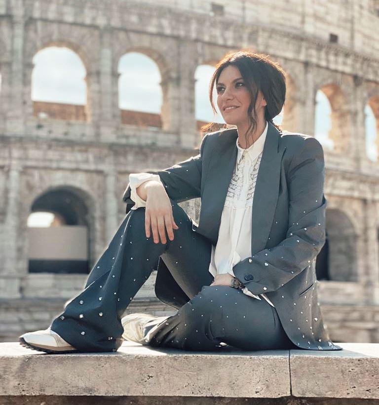 Laura Pausini davanti al Colosseo