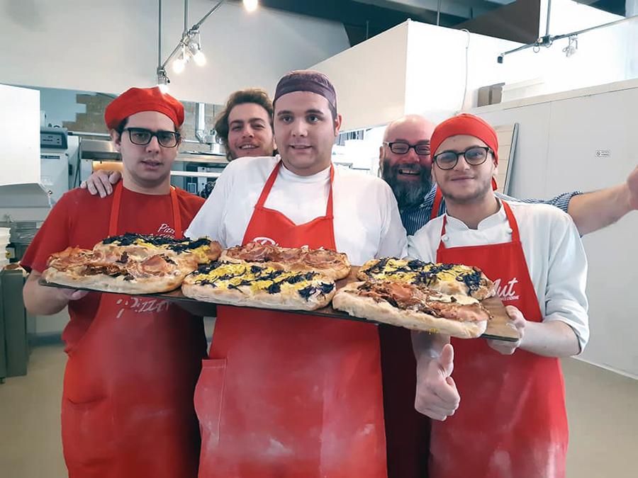 pizzAut - pizzaioli in posa con le pizze in mano