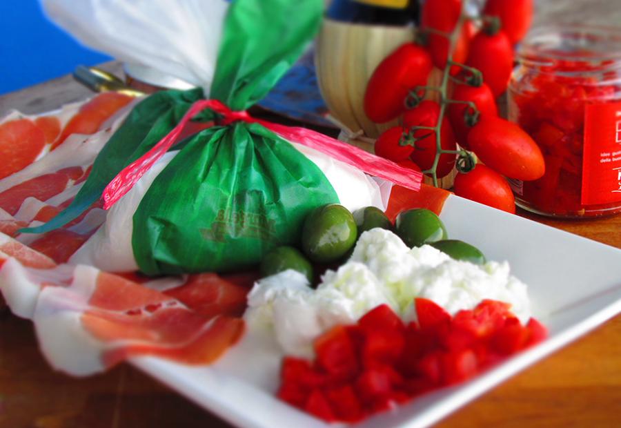 aperitivo - piatto con pomodori mozzarelle e prosciutto
