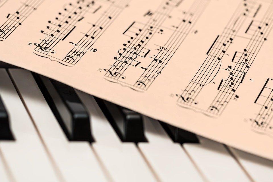 artisti - uno spartito musicale   artists - a musical score