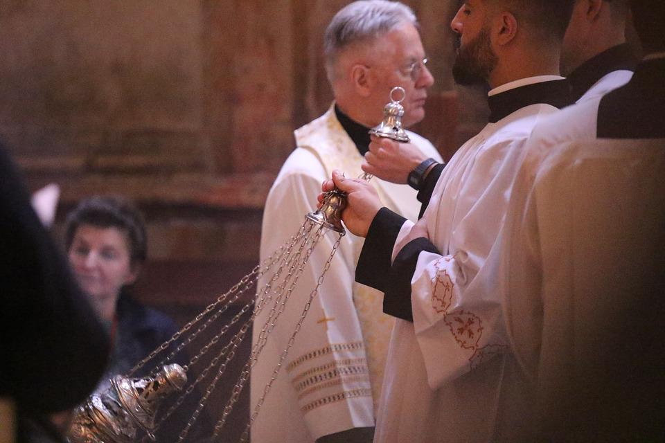 i sacerdoti portano l'incenso