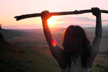 Integrazione - una ragazza al tramonto che tiene un bastone al tramonto