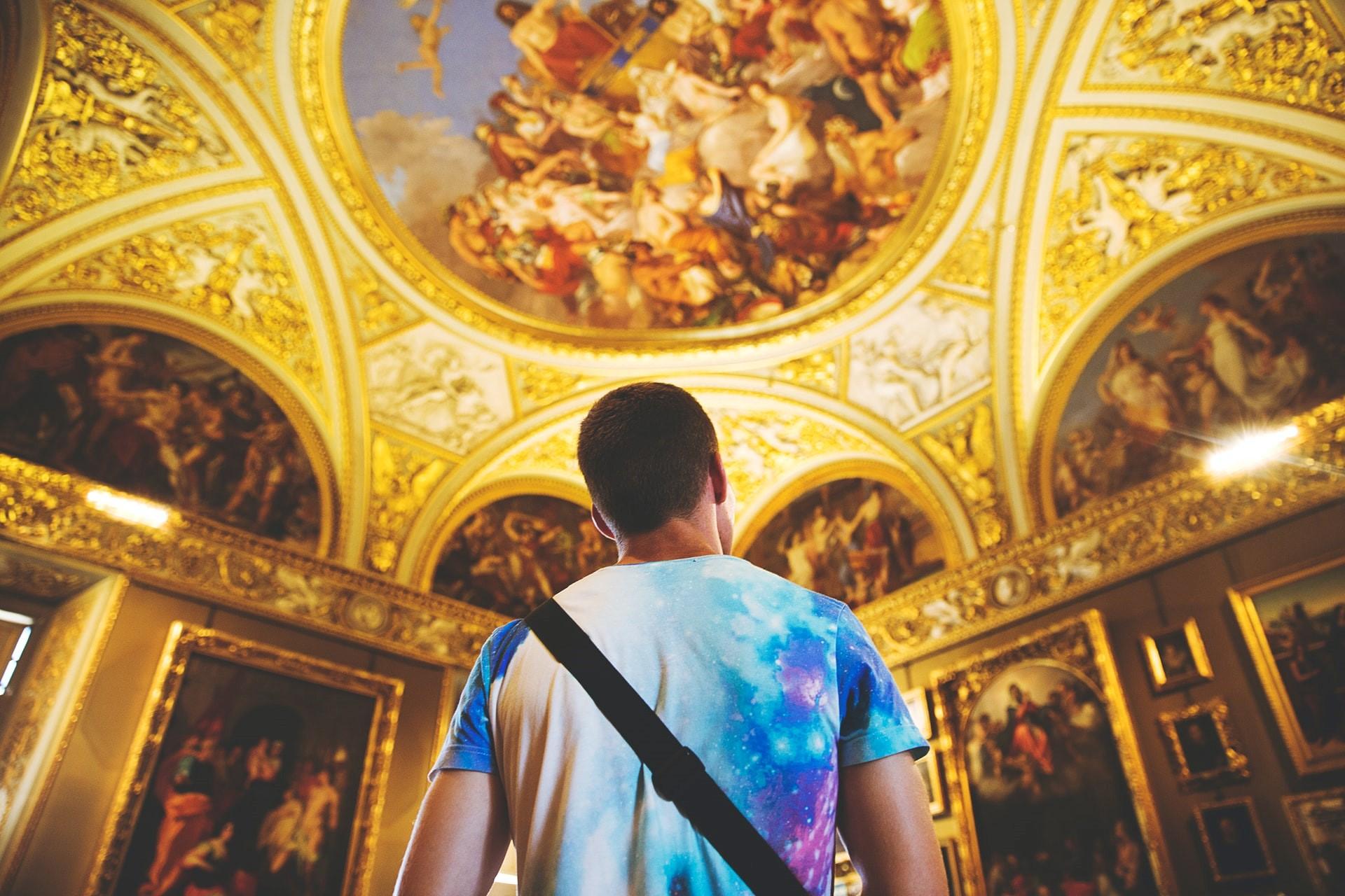 arte - un ragazzo che guarda il soffitto dipinto