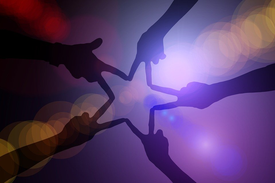 iniziative - persone che scambiano doni
