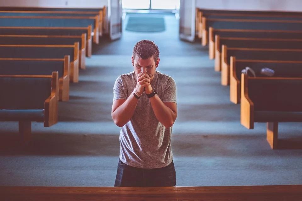 Uomo in preghiera a messa