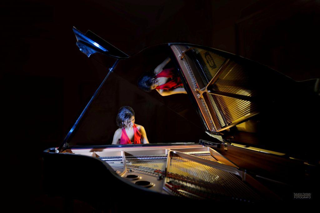 Daniela Roma, immagine riflessa nel pianoforte - Daniela Roma, image reflected in the piano
