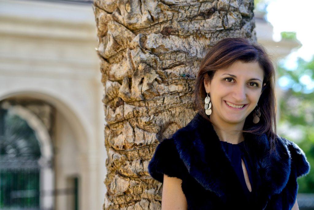 Daniela Roma in posa vicino ad un albero