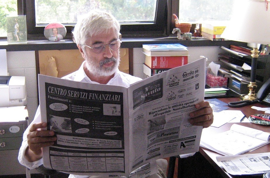 Gabriel Niccoli mentre legge il giornale - Gabriel Niccoli while reading the newspaper