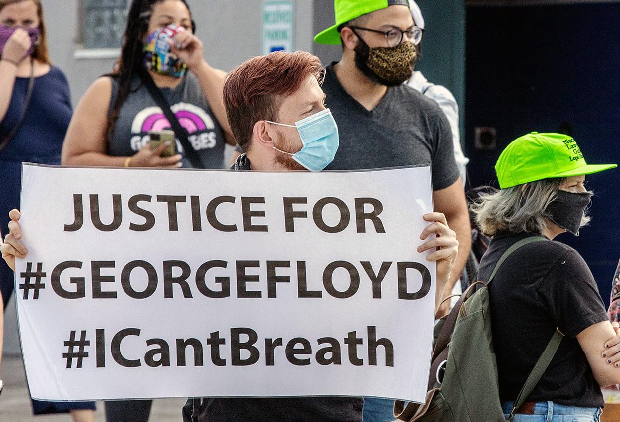 L'Italia in ginocchio - persone che protestano per george floyd