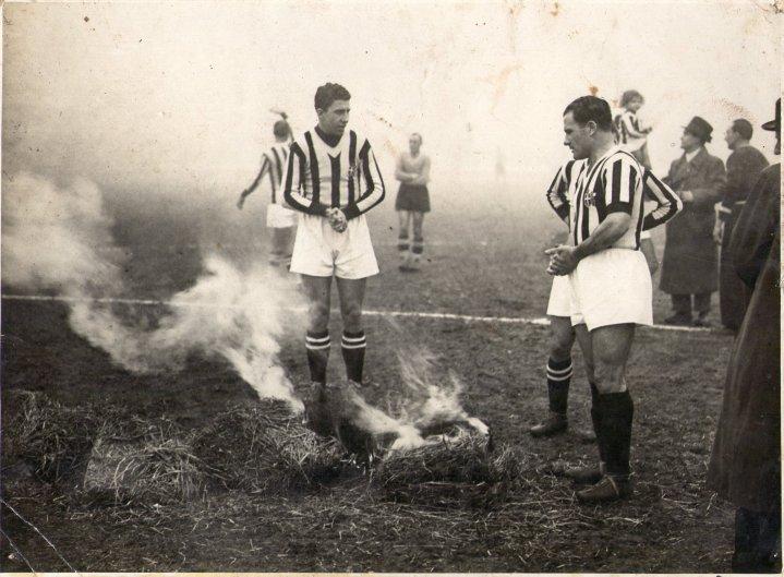 foto in bianco e nero di Luis Monti in campo