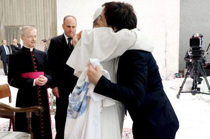 Odino Faccia che abbraccia il papa