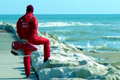 Publiphono - un bagnino vestito di rosso che guarda il mare
