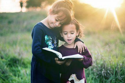 parole più belle - due bambine con un libro in mano