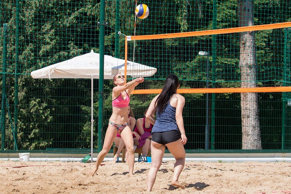 L'Italia riapre : due ragazze che giocano a pallavolo - Italy reopens: two girls playing volleyball