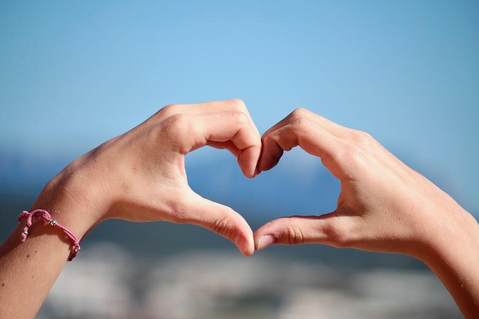 Immobili confiscati - mani che formano un cuore