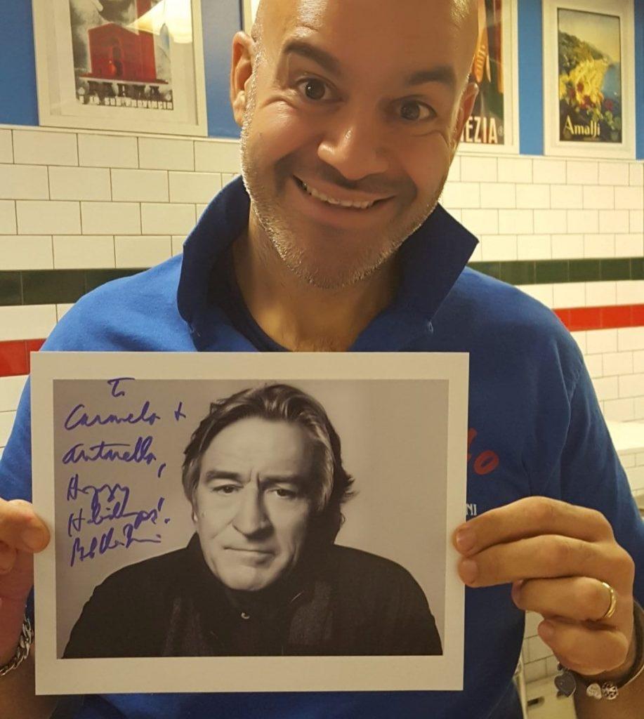 Carmelo mostra la foto con dedica di De Niro