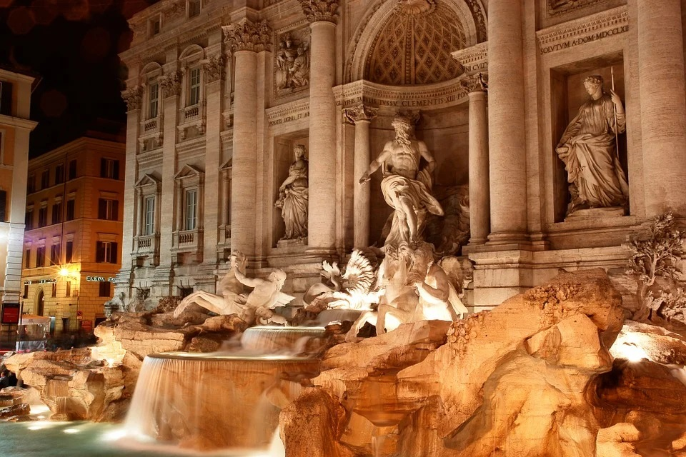La Fontana di Trevi illuminata di notte - The Trevi Fountain illuminated at night
