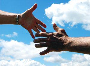 Dall'Argentina - due mani che si toccano