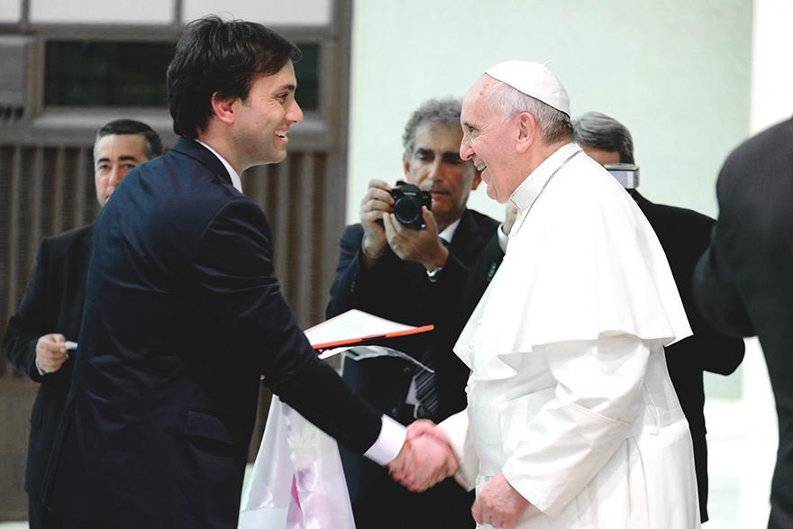 Odino Faccia che stringe la mano al Papa