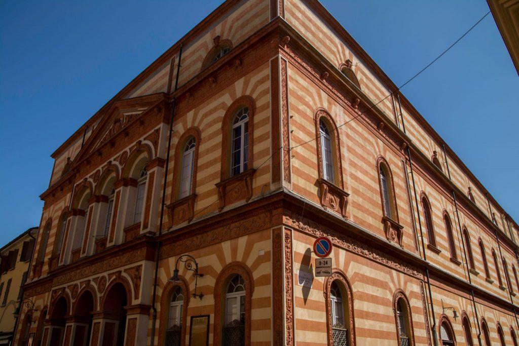 un palazzo colorato di cento - a coloured building in Cento