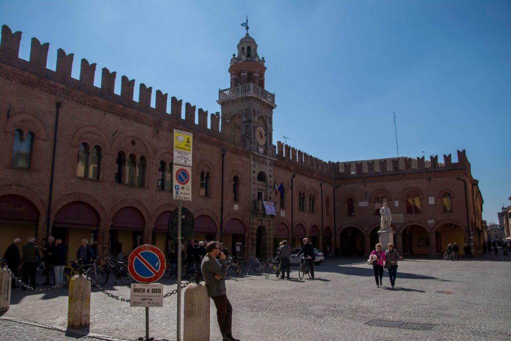 la piazza di cento con turisti - Cento's square with tourists