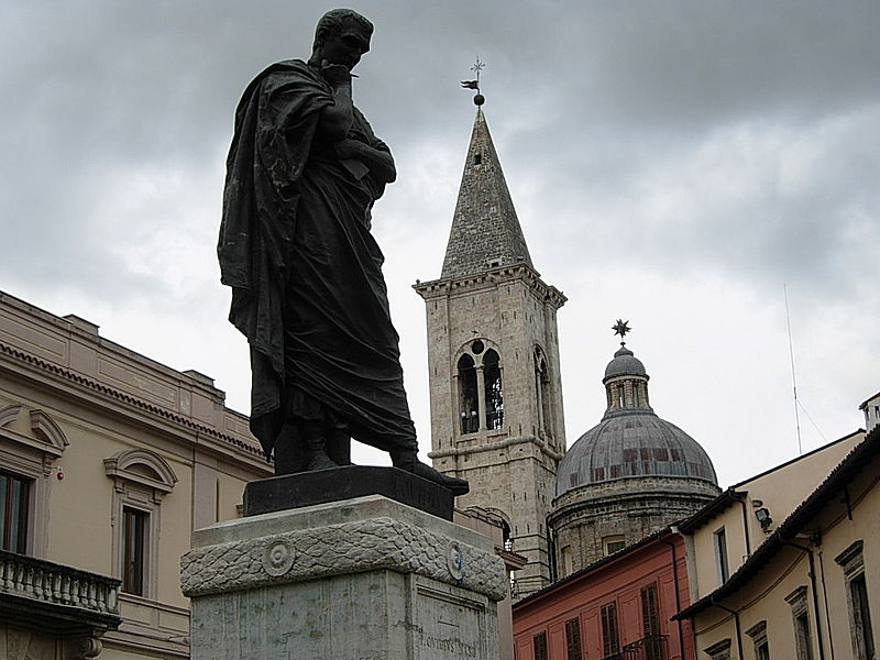 La statua di Ovidio nella piazza di Sulmona - The statue of Ovid in the square of Sulmona