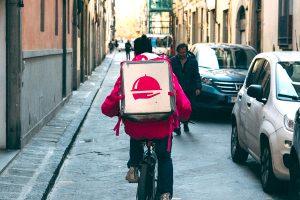 la storia del rider Mahmoud - ragazzo in bicicletta
