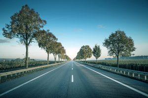 cavaliere - una strada asfaltata