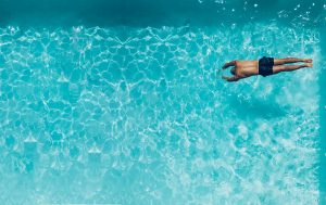 Sport - persona che nuota in piscina