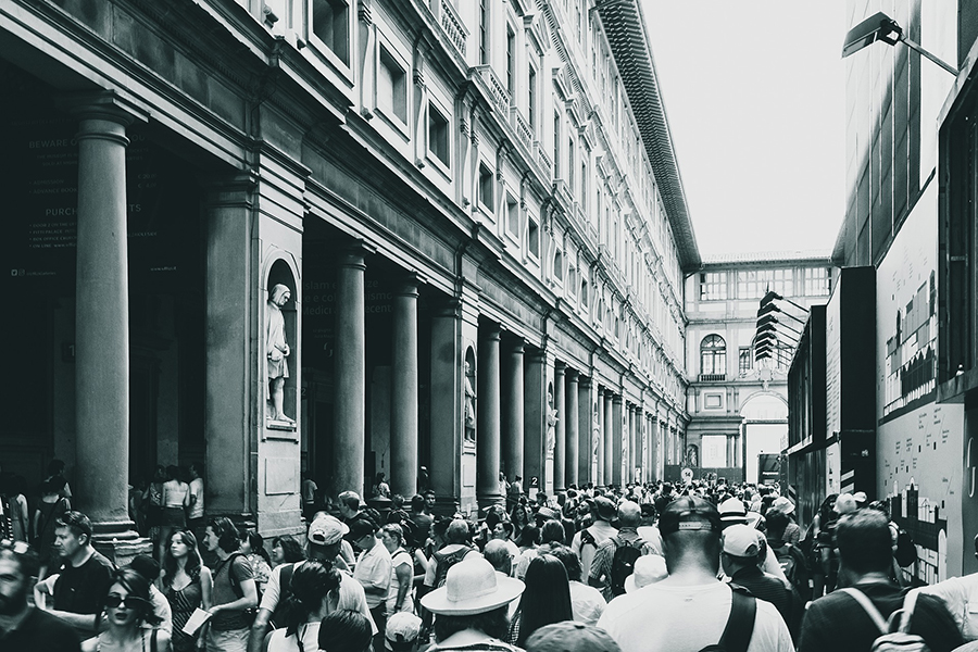 code di turisti agli Uffizi, foto in bianco e nero  - queues of tourists in the Uffizi, black and white photos