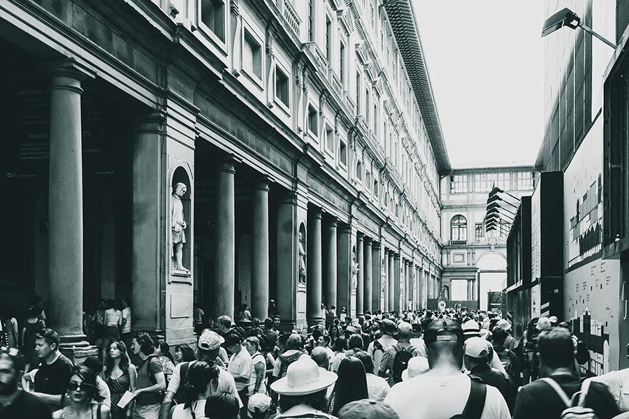 code di turisti agli Uffizi, foto in bianco e nero