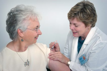 il vaccino più avanzato - dottore mentre effettua il vaccino ad una signora