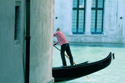 Venezia - un barcarolo nella luguna