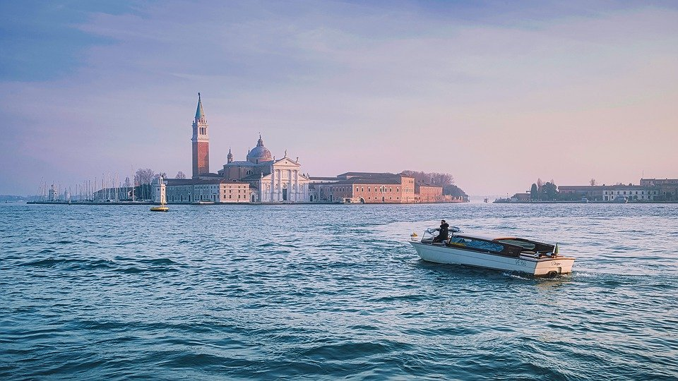 Venezia  - barca nella laguna