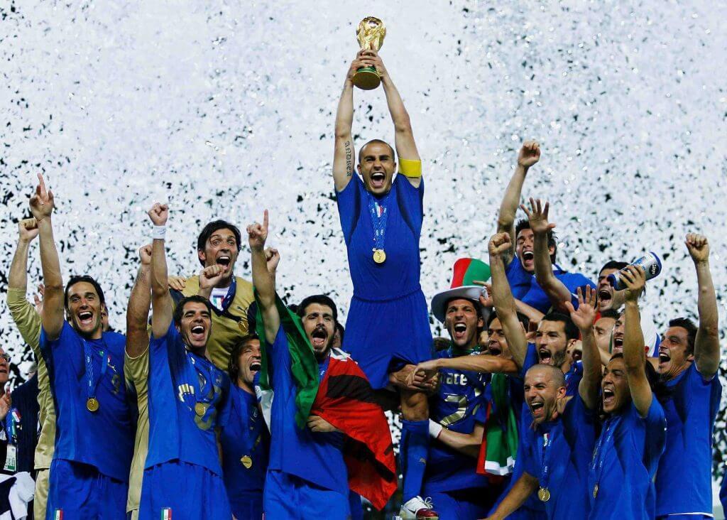 9 luglio - la squadra della nazionale con la coppa  - July 9 - the national team with the cup