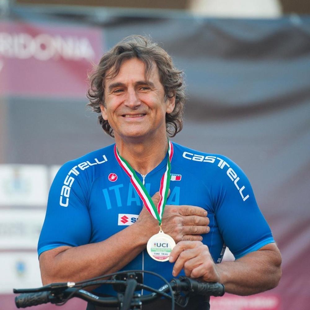 Alex Zanardi - il campione con la medaglia al collo
