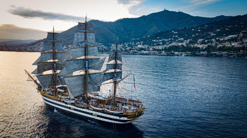 L' Amerigo Vespucci in mare