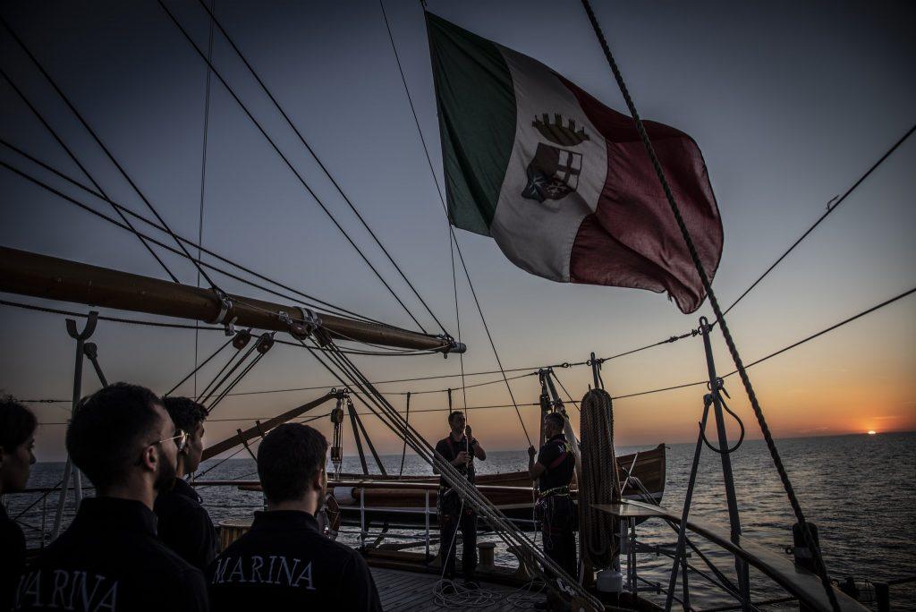 L' Amerigo Vespucci, al tramonto