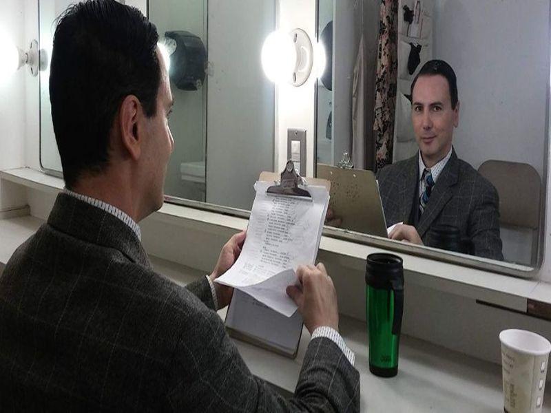 L'attore italiano con il copione del film Distant Vision in mano