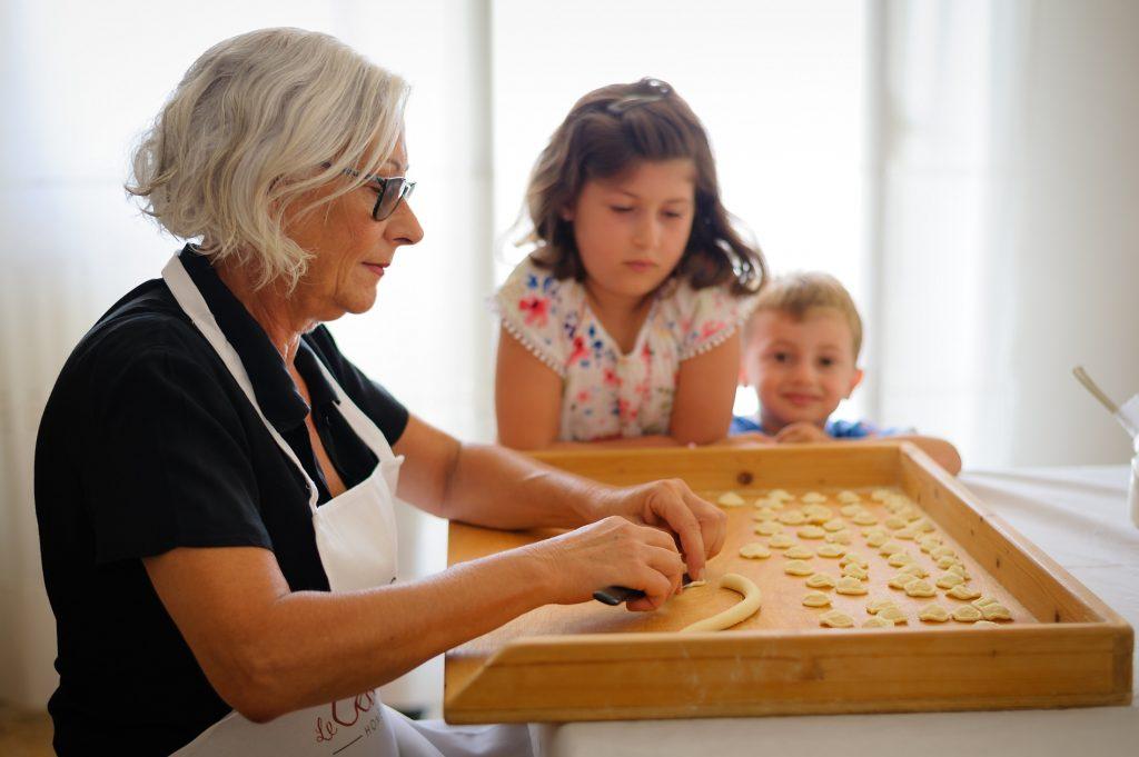 Le Cesarine - Cesarina Oriana che insegna ai bambini come preparare le orecchiette