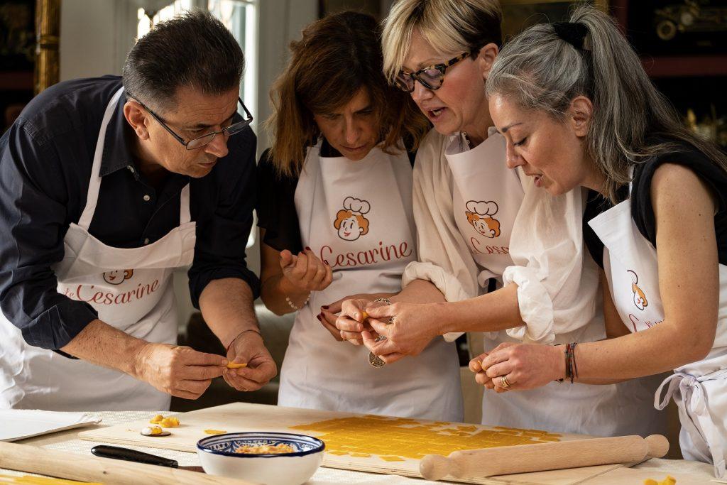 Le Cesarine -  persone che partecipano ad un Corso di cucina a Milano da Sissi/ people participating in a cooking class in Milan at Sissi