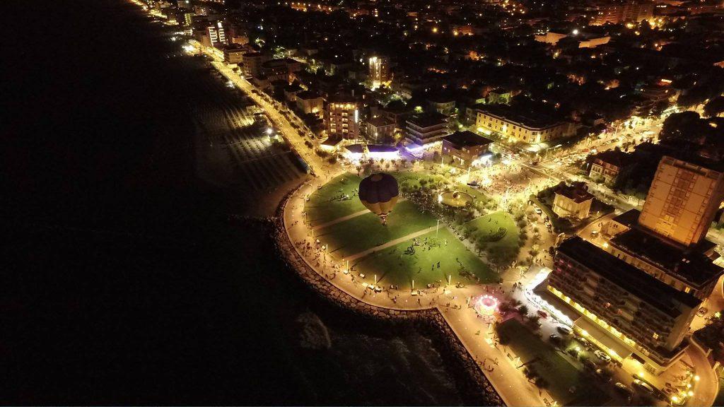 La Notte dei desideri, anno 2017, un parco con una mongolfiera / The Night of Desires, year 2017, a park with a hot air balloon