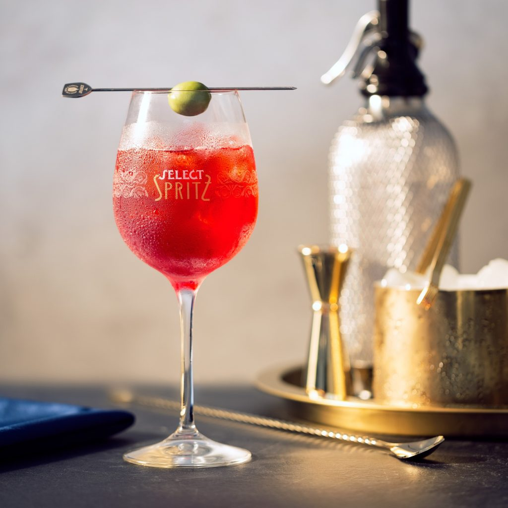 uno spritz nel bicchiere con oliva - a spritz in the glass with olive