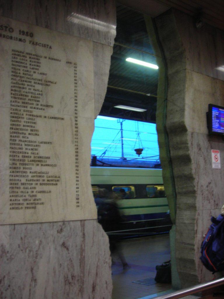 strage di bologna - lo squarcio con la lapide con i nomi dei morti