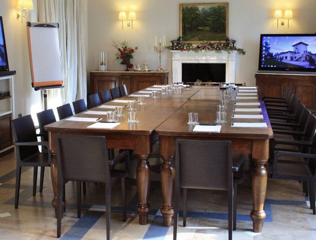 La Sala del camino allestita per un, meeting aziendale / The fireplace room set up for a corporate meeting