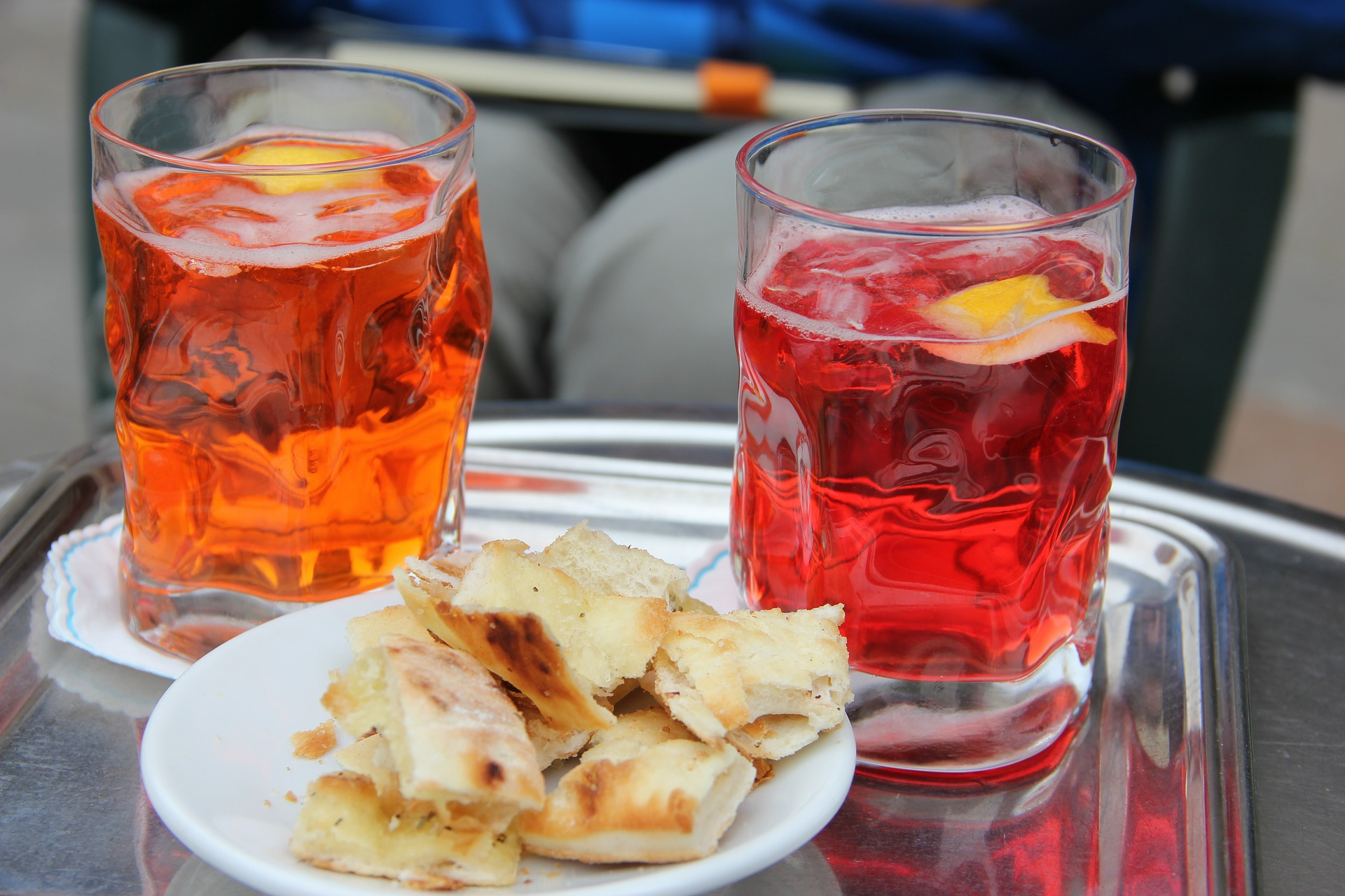 due bicchieri di spritz e un piattino con rustici