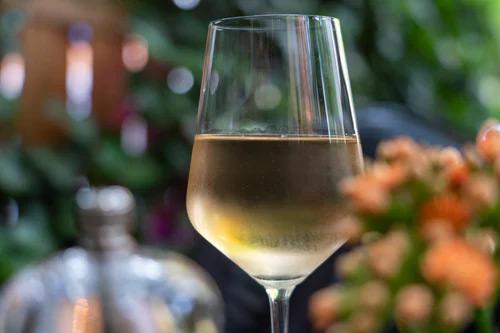 doc - un bicchiere di vino bianco - a glass of white wine